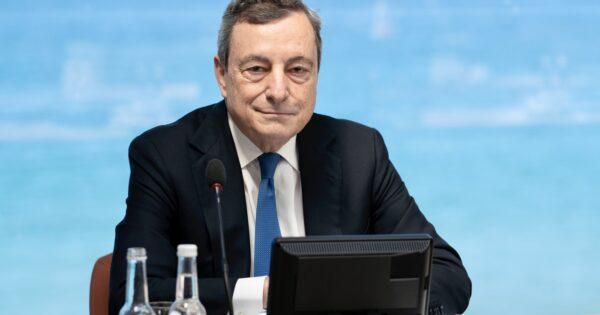"""Draghi farà la vaccinazione eterologa: """"Under 60 liberi di fare AstraZeneca come seconda dose"""""""