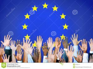diverse-mani-con-la-bandiera-di-unione-europea-39120117