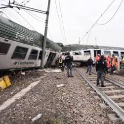 ULTIMA ORA - Deraglia treno pendolari, 3 morti, 100 feriti