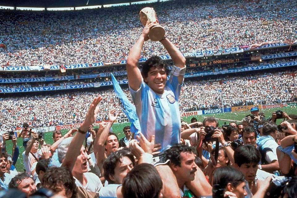 """Il mondo piange Maradona, il """"Dios"""" del """"Sacro rituale calcistico"""" di Pasolini"""