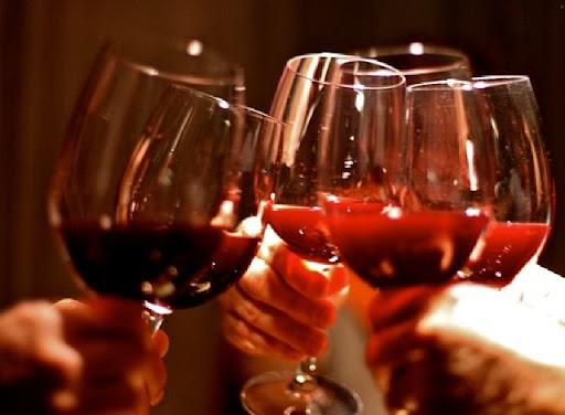 In vino veritas: attraversiamo un percorso alcolico con i Baccanali e Mannarino