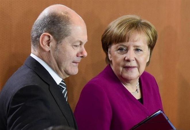 Olaf Scholz e Angela Merkel (Lapresse)