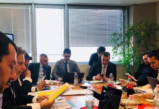 Salvini e Di Maio in uno dei tanti tavoli delle ultime settimane - Twitter