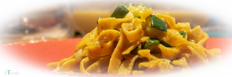 Tagliatelle con curcuma e pepe, fondente di cipolla, zucchine al curry e crema di alici