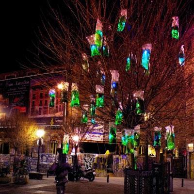 La acción se llama Injertos de luz verde y la llevamos a cabo la madrugada del 26 de febrero en la Plaza de San Ildefonso de Madrid, una de las zonas más frecuentadas de noche por la juventud de Madrid.