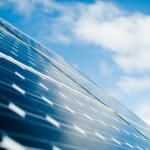Paneles solares sobre cuerpos de agua para ahorrar espacio