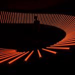 (Centro) Una instalación interactiva de luz y sonido