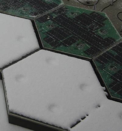 Los paneles del lado derecho tienen el sistema calefactor prendido, mientras que los del lado izquierdo  lo tienen apagado.