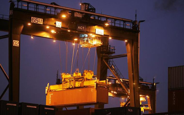 Los luminarios HID de servicio pesado para ambientes demandantes se utilizan para la iluminación general de  grúas portacontenedores en puertos navales de carga mercantes y militares. Foto: Lighting Master ©