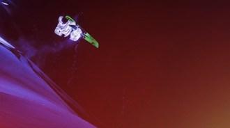 LED-clad-skiers-slopes-afterglow-designboom-04