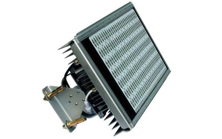 Luminario LED con una potencia de 196W para operar 196 LEDs tipo SMD 3040 con potencia unitaria de 1W, para la iluminación general de túneles vehiculares. Foto: Lighting Master ©
