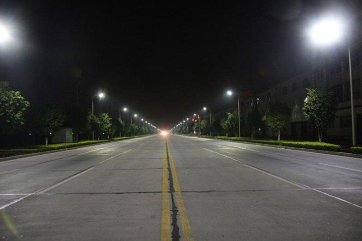 Vialidad iluminada con luminarios para alumbrado público operando lámparas de inducción electromagnética (IND). Foto Lighting Master ©.