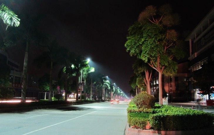 Vialidad iluminada con luminarios para alumbrado público operando lámparas de Plasma (PLA). Foto Lighting Master ©.