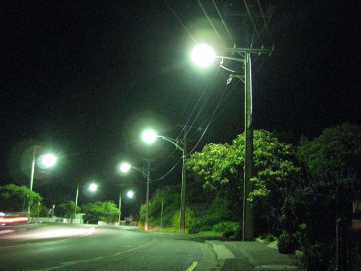 Vialidad iluminada con luminarios para alumbrado público operando lámparas de Vapor de Mercurio (VM) con color corregido. Foto Lighting Master ©.