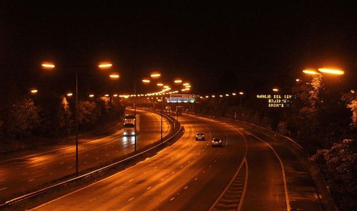 Vialidad iluminada con luminarios para alumbrado público operando lámparas de Vapor de Sodio en Baja Presión (VSBP). Foto Lighting Master ©.