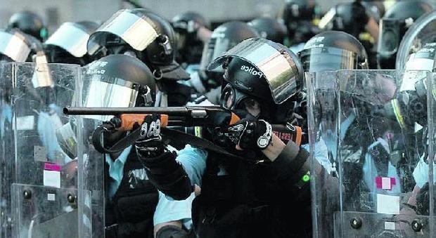 Scontri a Hong Kong, la polizia spara