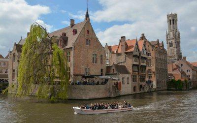 Varen langs de Rozenhoedkaai in Brugge