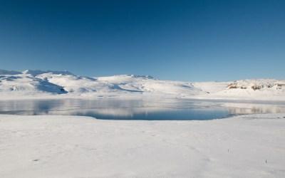 Bevroren bergmeer omringd door sneeuw op Snaefellsnes in IJsland