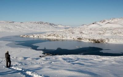 Bevroren bergmeer op Snaefellsnes in IJsland