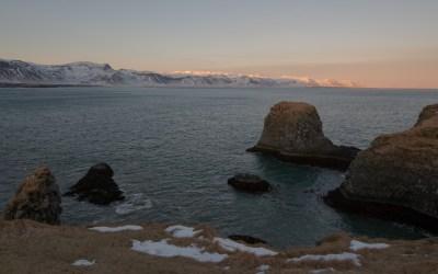 Zonsondergang bij de kust van Arnarstapi in IJsland