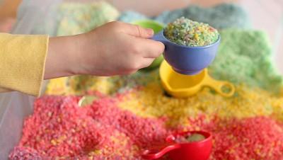 Caja sensorial arcoiris de arroz (4)