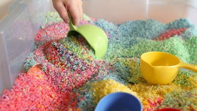 Caja sensorial arcoiris de arroz (5)
