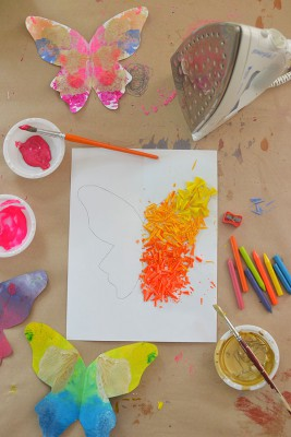 Mariposas de papel con ceras y crayones reciclados