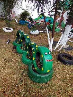 Decoramos nuestro patio con neumáticos y materiales reciclados (14)