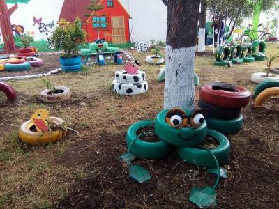 Decoramos nuestro patio con neumáticos y materiales reciclados (8)