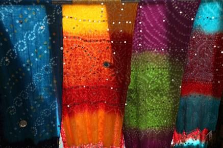 Tissus en contre-jour dans une boutique dans les rues de Jaipur - Inde 2012