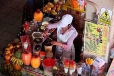 Préparation des cocktails de jus de fruits, mercado d'Arequipa, Pérou - 2014