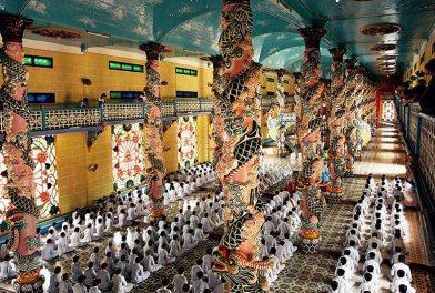 L'alignement parfait des fidèles pendant la messe, temple Cao Dai de Tay Ninh, Vietnam, 1997
