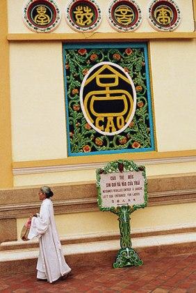 Une fidèle se dirige vers l'entrée qui lui est réservée, temple Cao Dai de Tay Ninh, Vietnam, 1997