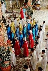 Les colonnes du temple sont ornées de dragons et de lingas (symboles phalliques), temple Cao Dai de Tay Ninh, Vietnam, 1997