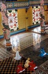 Chacun est positionné selon son rang dans la hiérarchie du clergé, temple Cao Dai de Tay Ninh, Vietnam, 1997