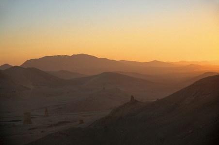 Coucher de soleil sur la vallée des tombeaux à Palmyre, Syrie, 1999