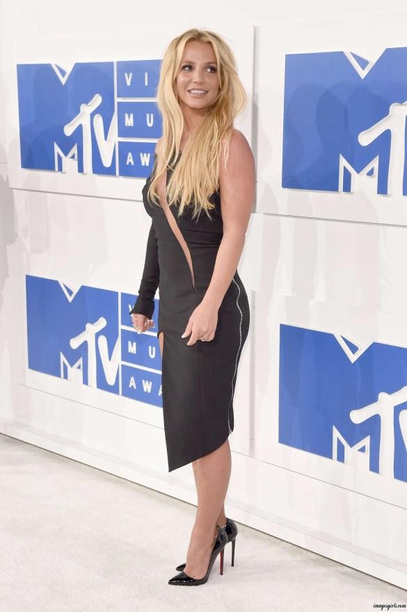 Britney Spears Looks Glamorous