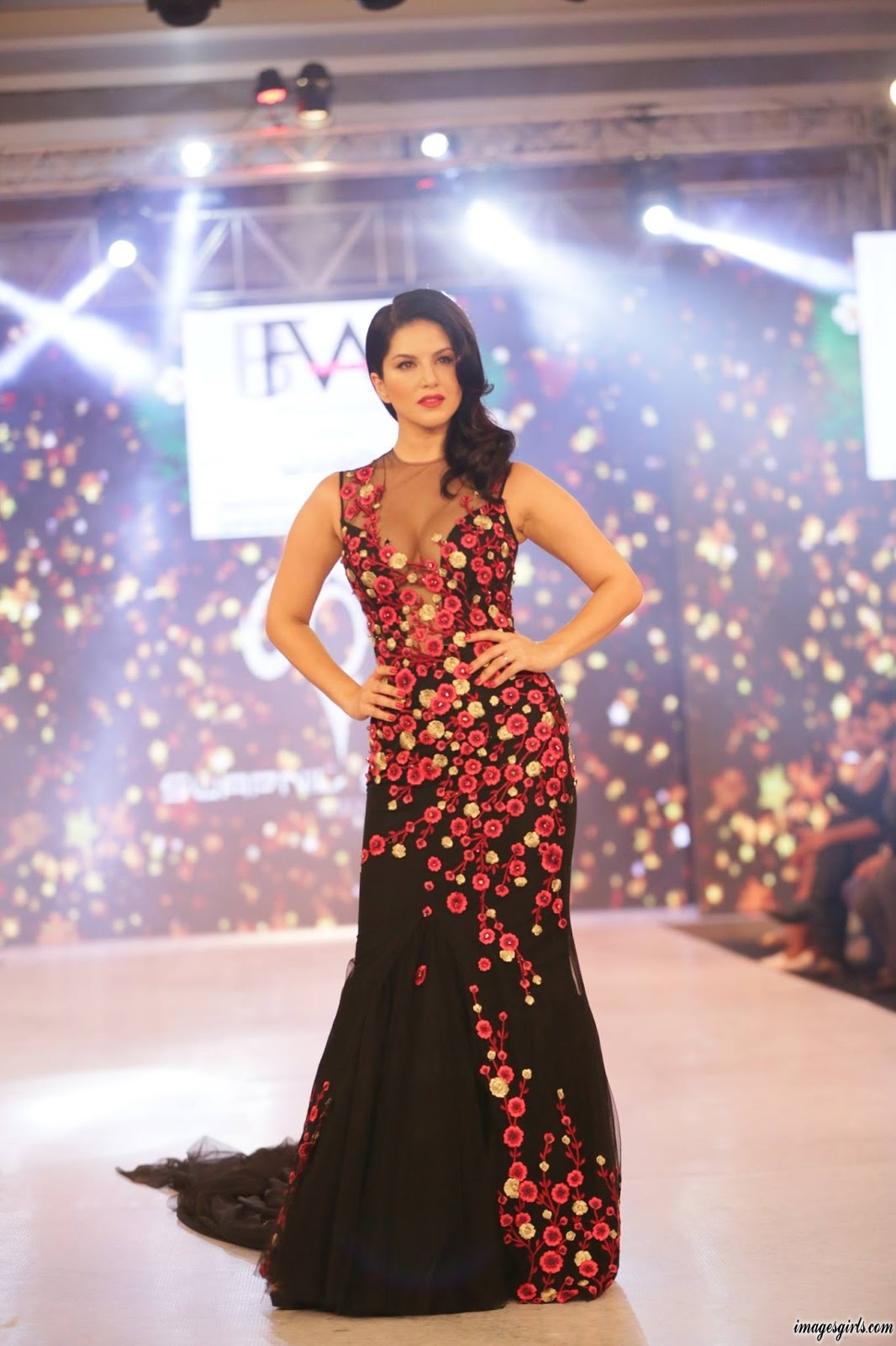 Sunny Leone Walks On Stage At The India Beach Fashion Week - Images Girls-8618