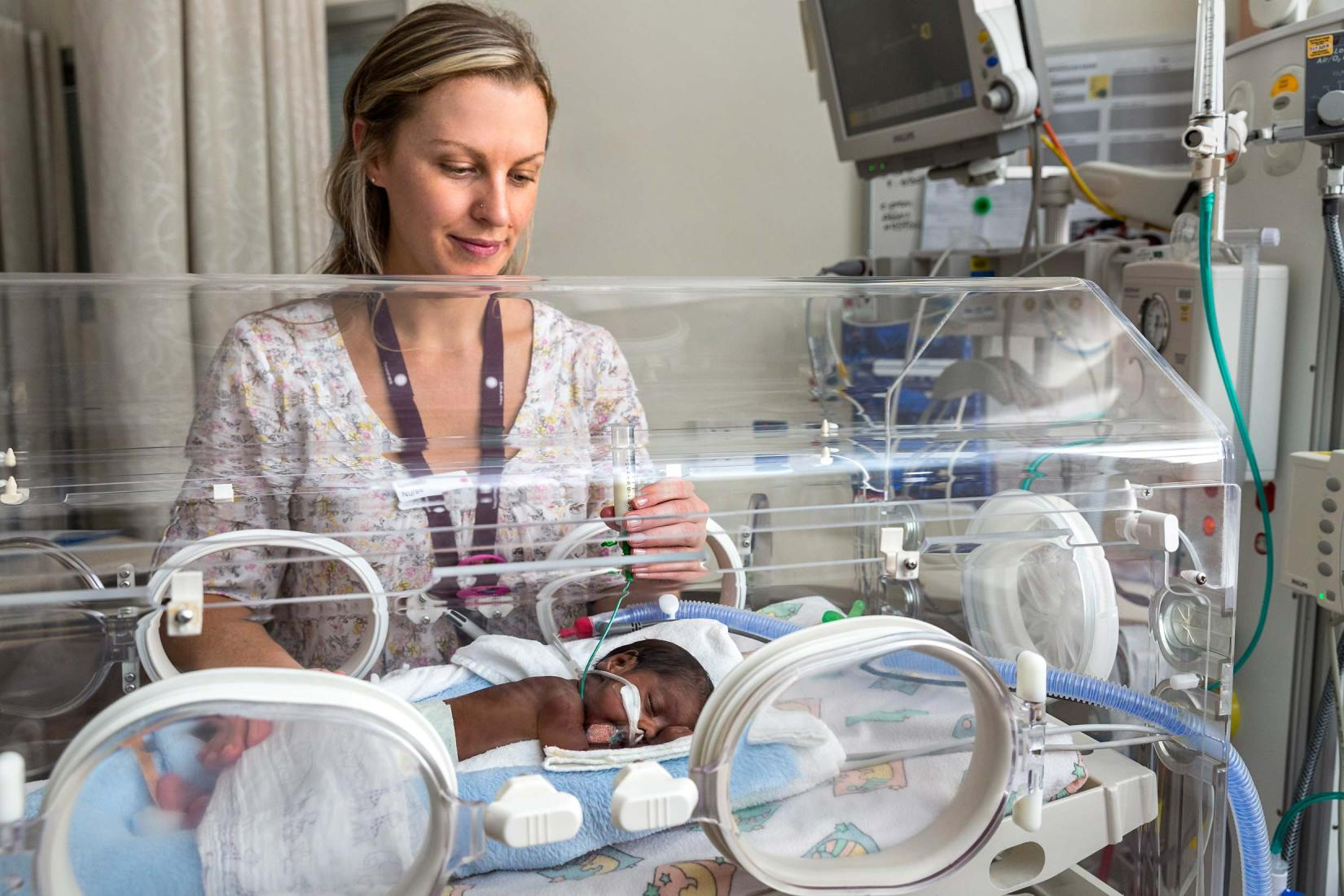 16130-0236-Image-Workshop-Melbourne-photographer-maternity-hospital-healthcare-premature-baby-incubator