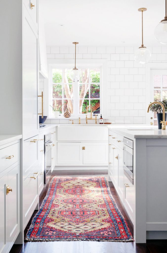 Fabuilous white kitchen with a vintage rug