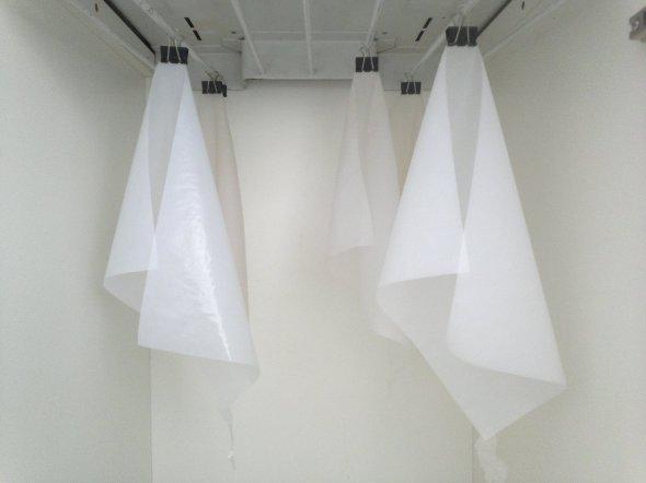 Papéis Iodizados secando. Note que só uma pequena parte do papel se toca, apenas para mante-lo aberto.