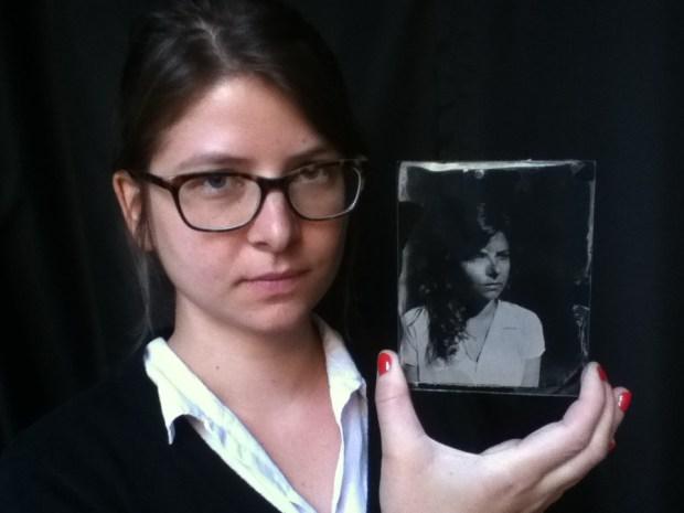 Retrato de Carol Vergotti em ambrótipo por Roger Sassaki.