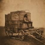 Retrato de Marcus Sparling sentado na Photographic Van de Roger Fenton. A carroça carregava todo o equipamento de Fenton e servia como laboratório fotográfico – 1855. (Roger Fenton/The Library of Congress)