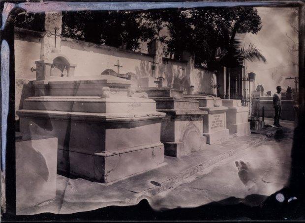 Cemitério. Nazaré Paulista SP. Ambrótipo 12x16,5cm.