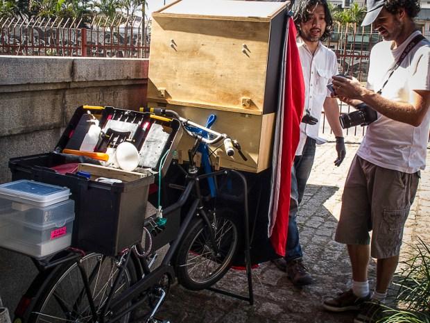 A bagunça da caixa traseira. (foto de Ligia Minami)