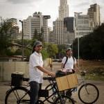 Eu e o Fernando Fortes retornando com o laboratório móvel para nossa base na Casa Ranzini. (foto de Lígia Minami)