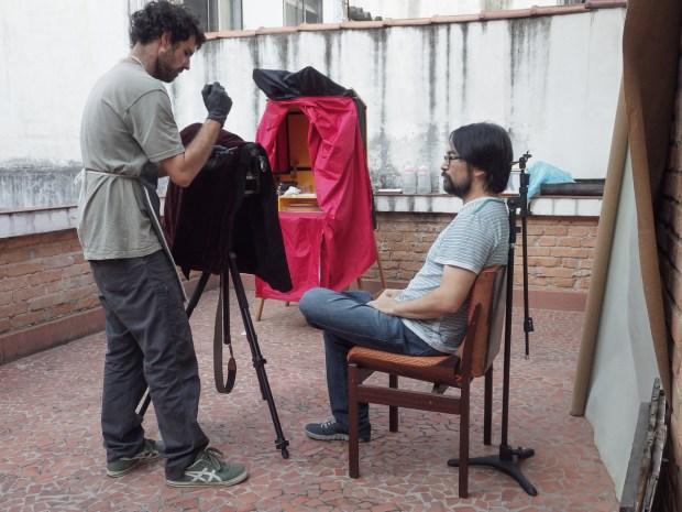 Fernando Fortes Fazendo um retrato de Gerson Tung.