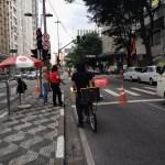 Pelas ruas da Liberdade aproveitando a ciclofaixa do domingo. (foto de Simone Wicca)
