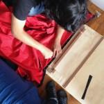 Fixando o tecido na estrutura de madeira.