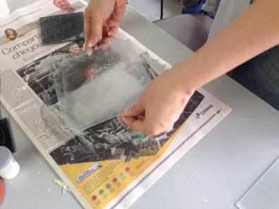 Passando abrasivo sobre o vidro para fazer o despolido.